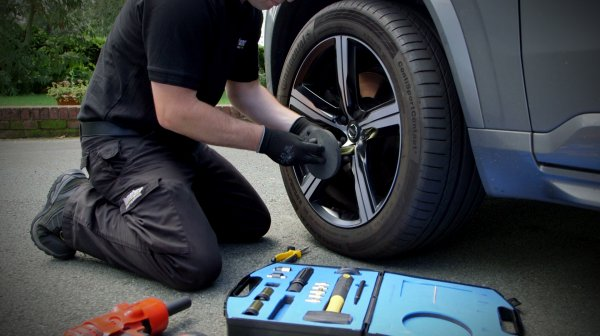 How to remove a tire with a wheel lock